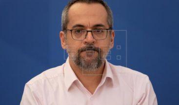 Multan al ministro de Educación de Brasil por andar en la calle sin mascarilla