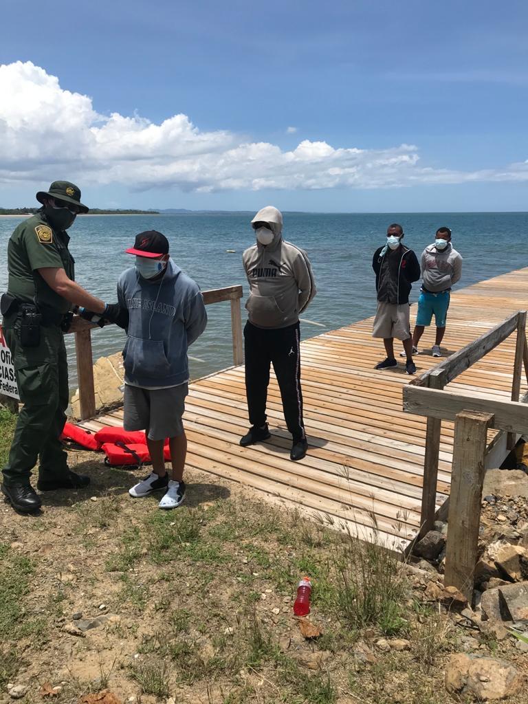 Detienen a 17 indocumentados dominicanos iban en yola a Puerto Rico