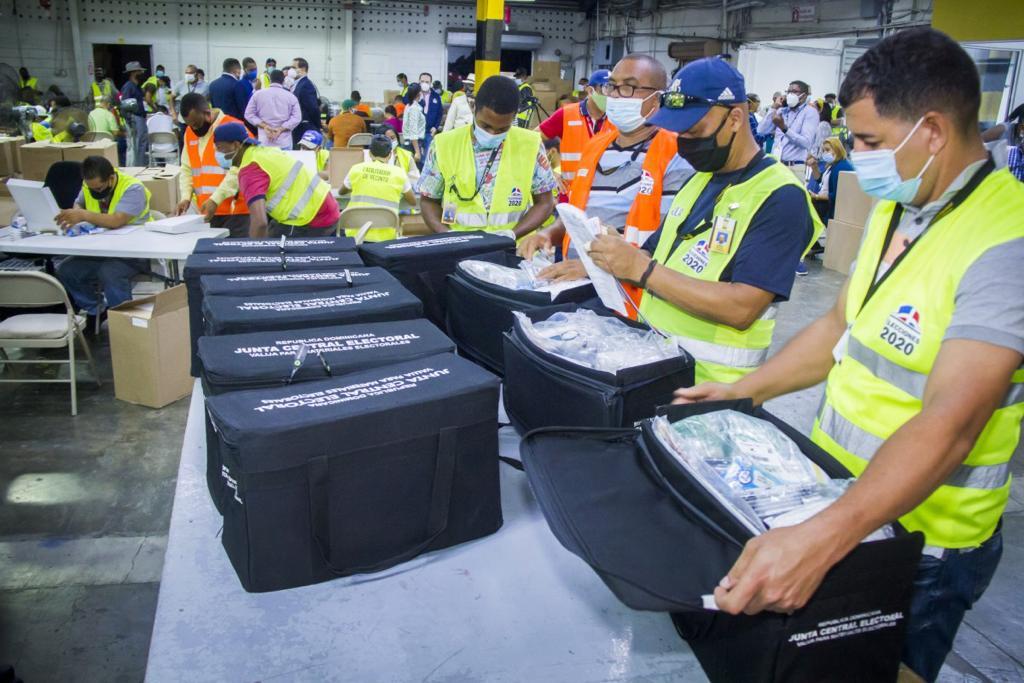 JCE comienza a conformar las 1,099 valijas electorales que irán al exterior