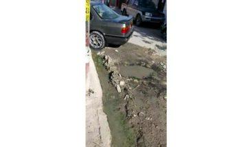 Agua acumulada en hoyo provoca temor entre comunitarios