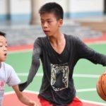 Impresionante! Niño con un solo brazo juega baloncesto, Stephen Curry reacciona