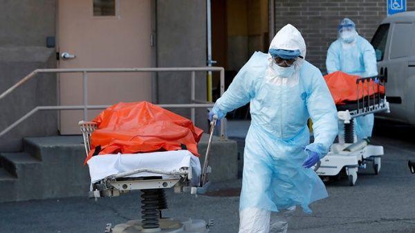 EE.UU. rompe el récord diario de contagios con 45.330 y roza los 2,5 millones
