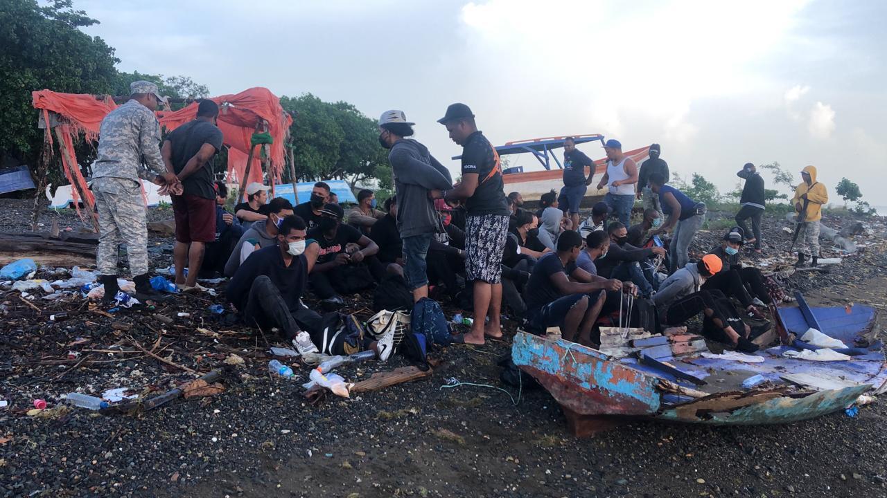 Armada detiene 34 personas iban en yola a Puerto Rico