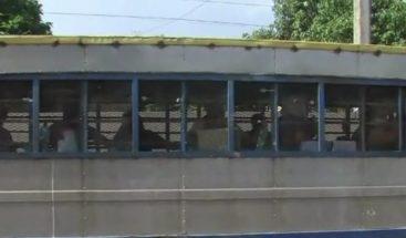 Unas 60 personas conviven en autobús convertido en cárcel en SDE