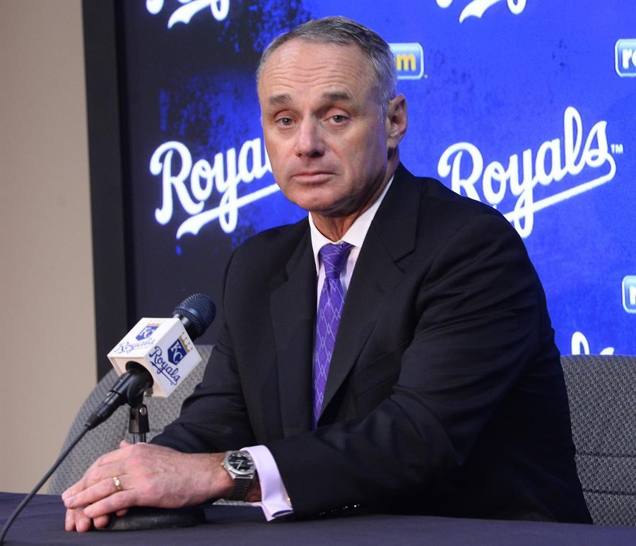 Jugadores rechazan última propuesta y temporada depende del comisionado