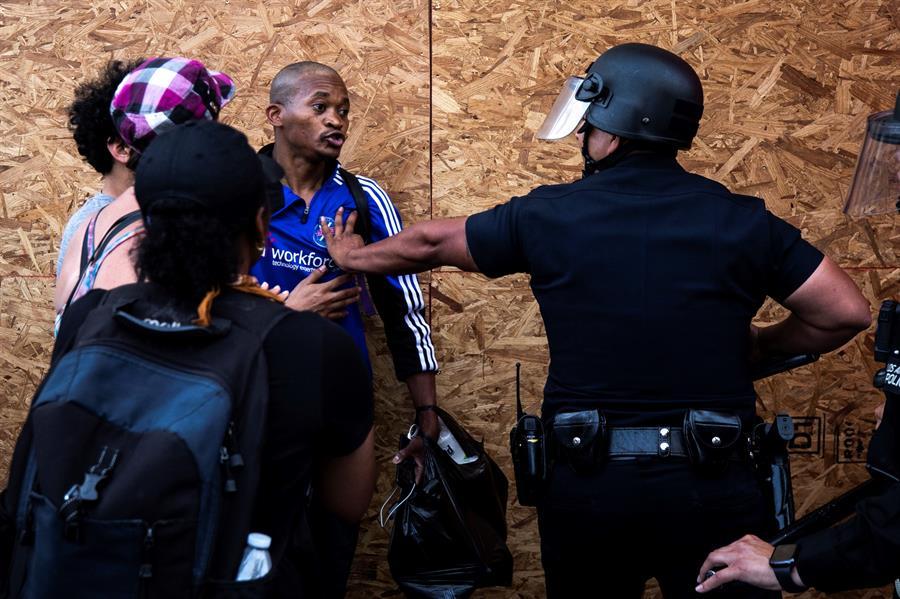 Denuncian y condenan agresiones a periodistas cubriendo las protestas en EEUU