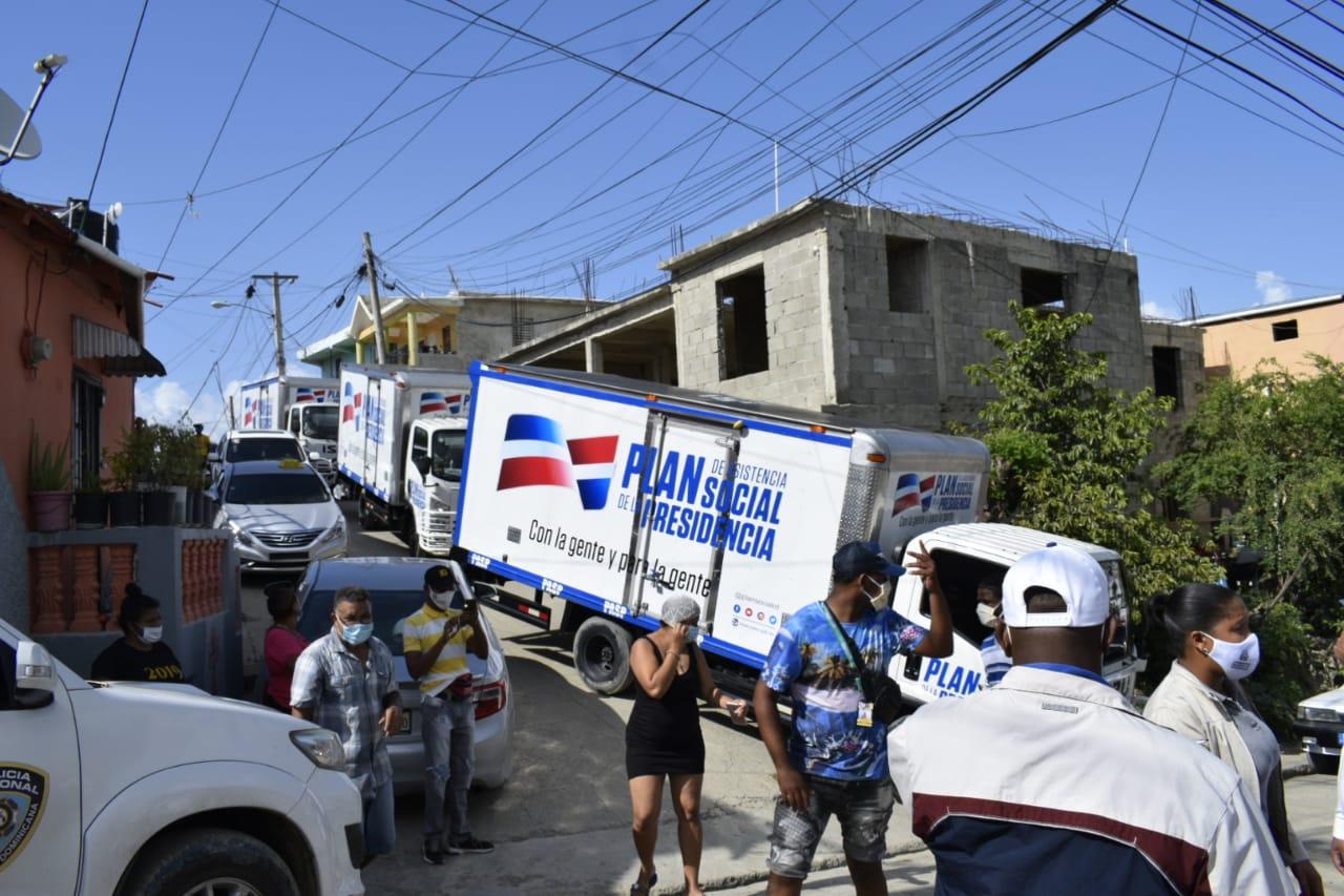 Plan Social asiste a familias afectadas por inundación en Santiago