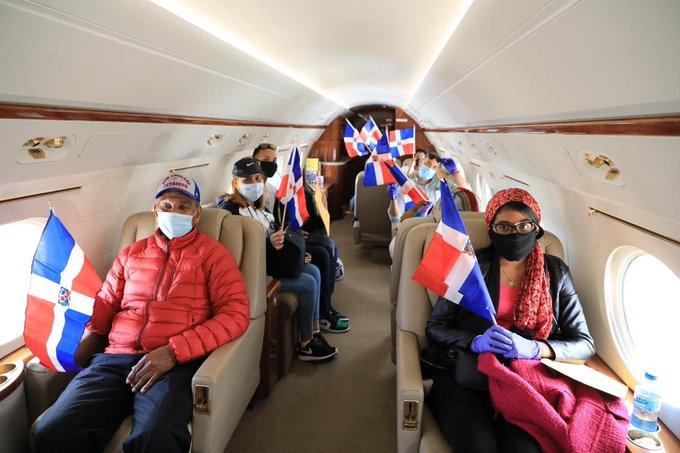 Llegan al país 15 dominicanos desde Boston traídos por Gonzalo Castillo