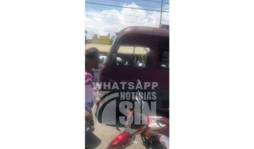 Impactante: Motoristas persiguen a un hombre en una guagua y lo apedrean