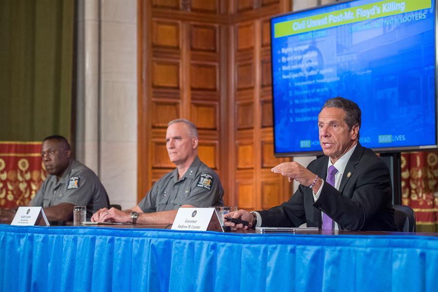 El gobernador de Nueva York ataca al alcalde, también demócrata, por saqueos