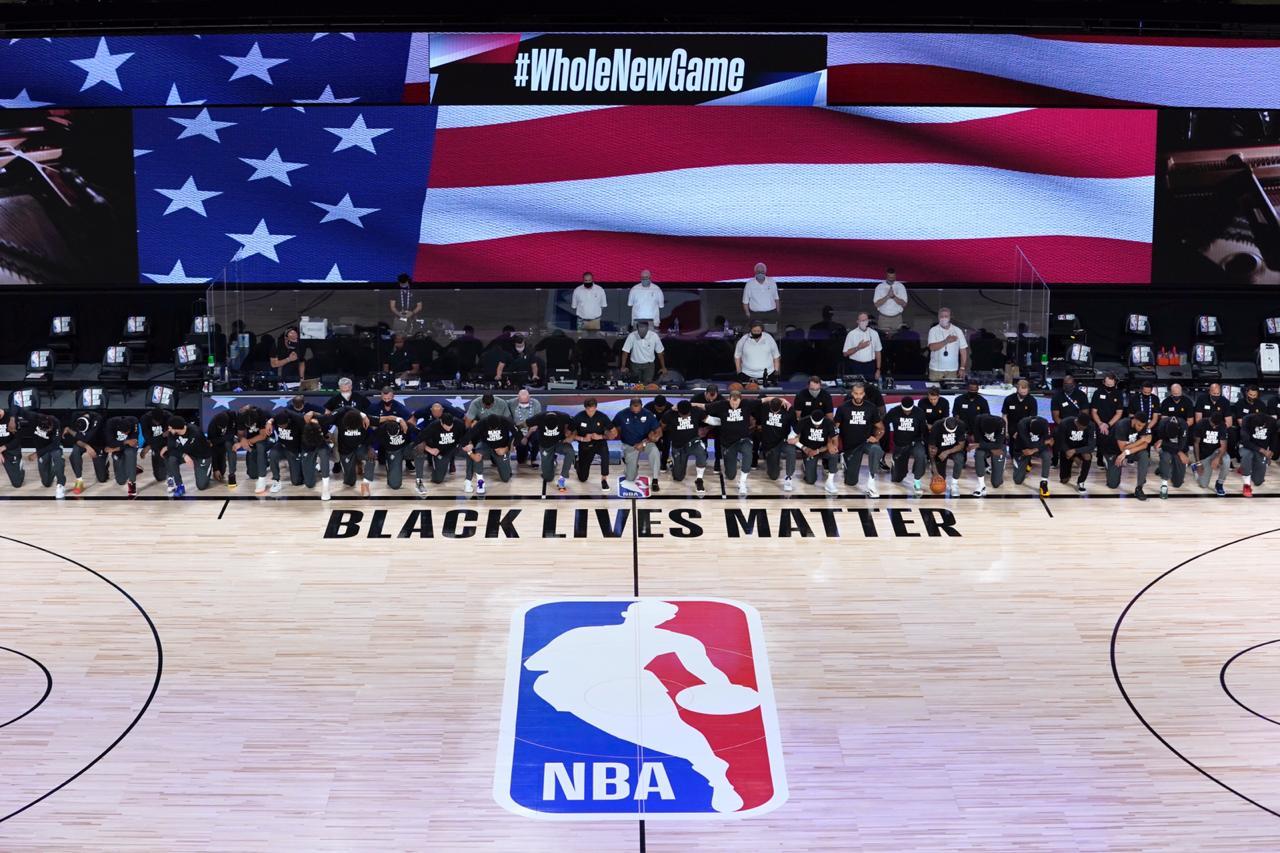 Los Jazz consiguen la victoria en el regreso de la NBA, jugadores se arrodillaron mientras sonaba el himno