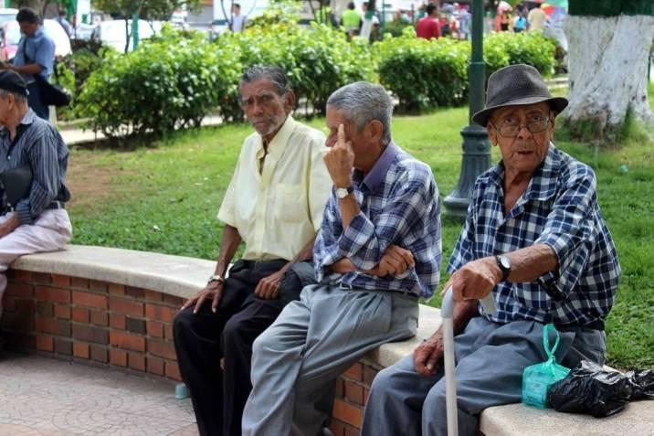 Ancianos colombianos ganan demanda y pueden salir a diario a ejercitarse
