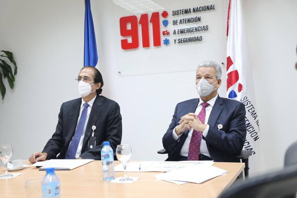 Gustavo Montalvo muestra el Sistema 9-1-1 al ministro designado, Lisandro Macarrulla