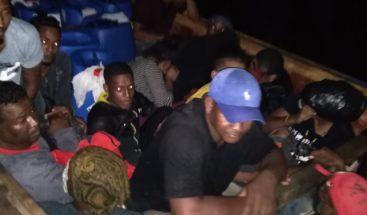 Armada detiene 53 personas iban en yola a Puerto Rico