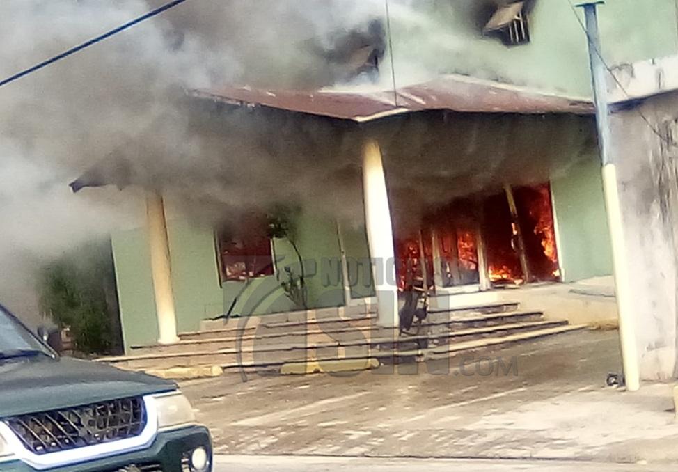 Se registra incendio en local comercial en La Otra Banda, Higüey