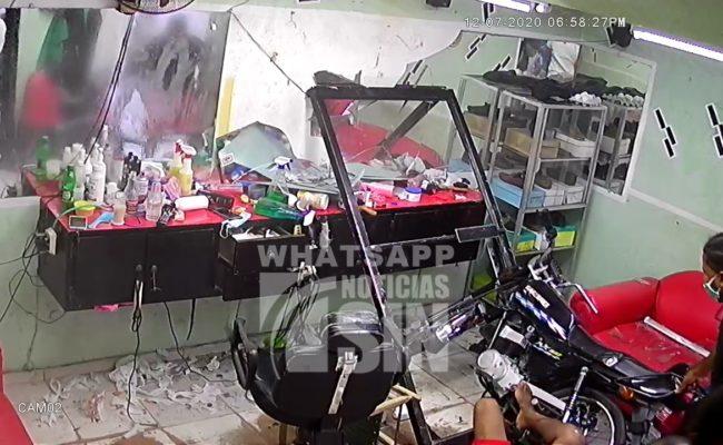 Hombre pierde el control de motocicleta y se estrella contra una peluquería