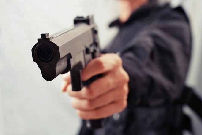 Ladrones disfrazados de policías roban 210.000 dólares de banco