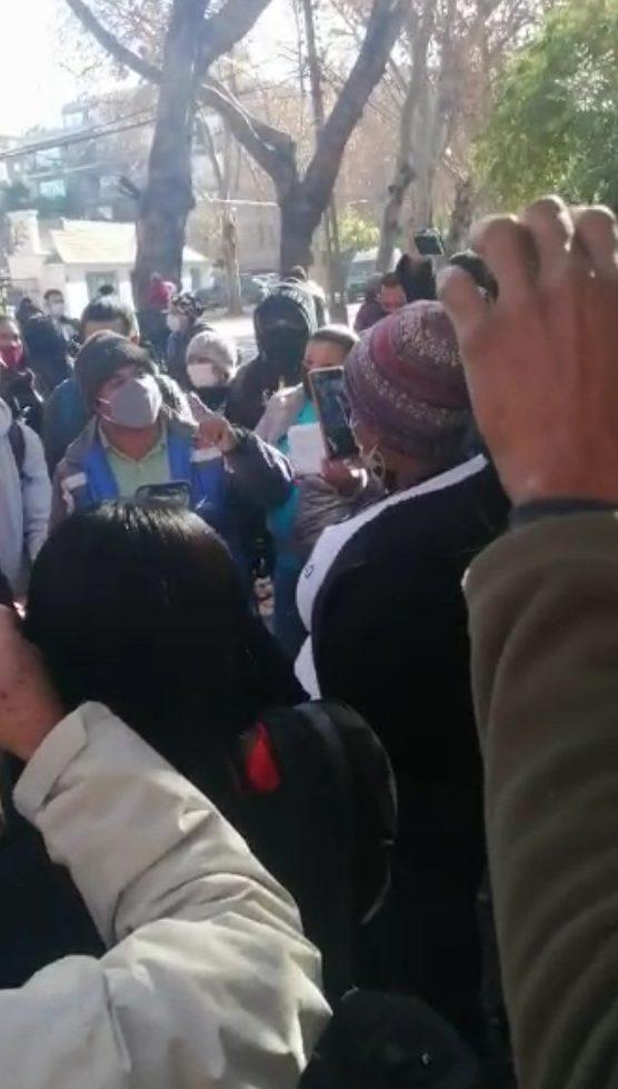 Dominicanos protestan en las afueras embajada de Chile; Piden ayuda para retornar al país