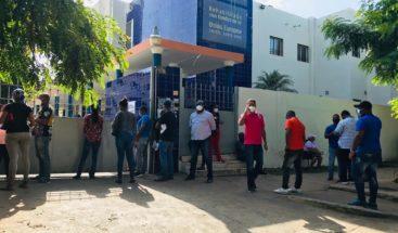 Largas filas en busca de prueba y resultados COVID-19 en Laboratorio Nacional