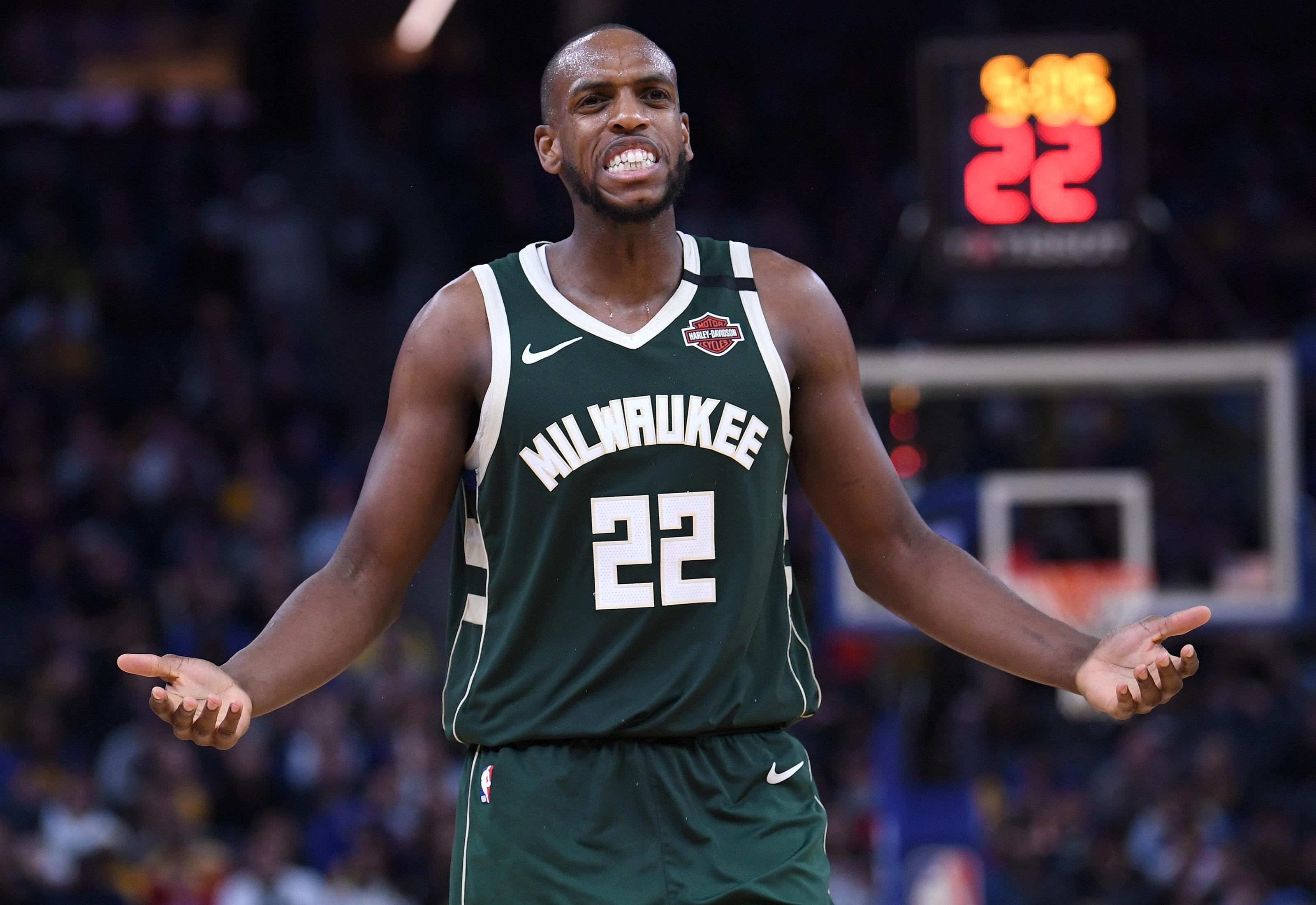 Kris Middleton agregó 18 puntos para los Bucks