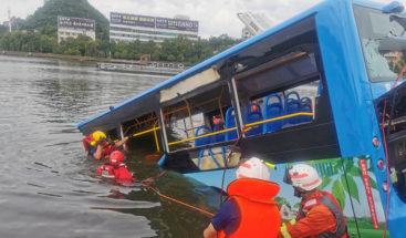 Al menos dos muertos al caer un autobús con estudiantes a un embalse en China