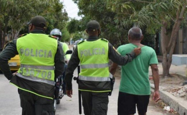 Ladrones disfrazados de policías roban 210,000 dólares de un banco
