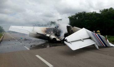 Presunto avión del narcotráfico se incendia en México