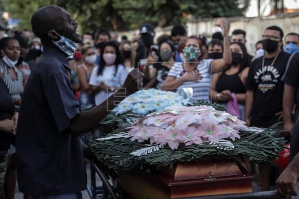 Familiares de víctimas negras de violencia policial protestan en Nueva York