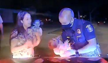 ¡Un héroe! Policía salva a bebé recién nacida que no podía respirar