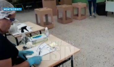 De manera tímida acuden a ejercer derecho al voto en Montecristi