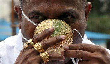 Un hombre usa mascarilla de oro valorada en 3,900 dólares