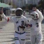 Pareja de ancianos se viste de astronautas para pasear seguros por COVID-19