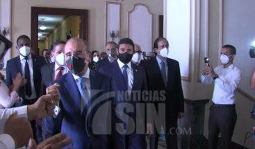 Entre aplausos de empleados, Medina deja Palacio a punto de concluir mandato