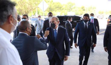 En medio de protestas, presidente Medina entrega terminal autobuses SDE