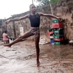 Niño viral por bailar bajo la lluvia gana beca universitaria