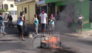 Residentes de diversos sectores del DN y SDE protestan por falta de energía eléctrica