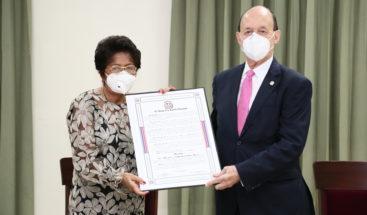 Patria Rivas recibe reconocimiento del Senado al cumplir 54 años al servicio de la salud de RD