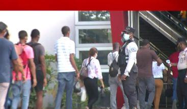 Gran aglomeración en las entrada del Metro Santo Domingo al acercarse horario del toque de queda