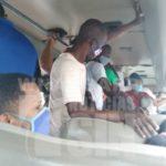 Reportan falta de distanciamiento físico en autobús del transporte público