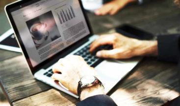 Latinos lidian la COVID-19 con más uso de medios digitales, dice Nielsen