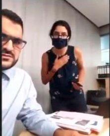 Periodista hacía reportaje en vivo cuando fue derribada por explosión en Beirut