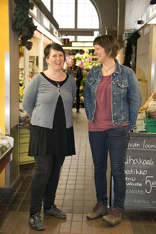 Marianna Stolbow ja Irene Komu seisovat vierekkäin Hakaniemen kauppahallissa.