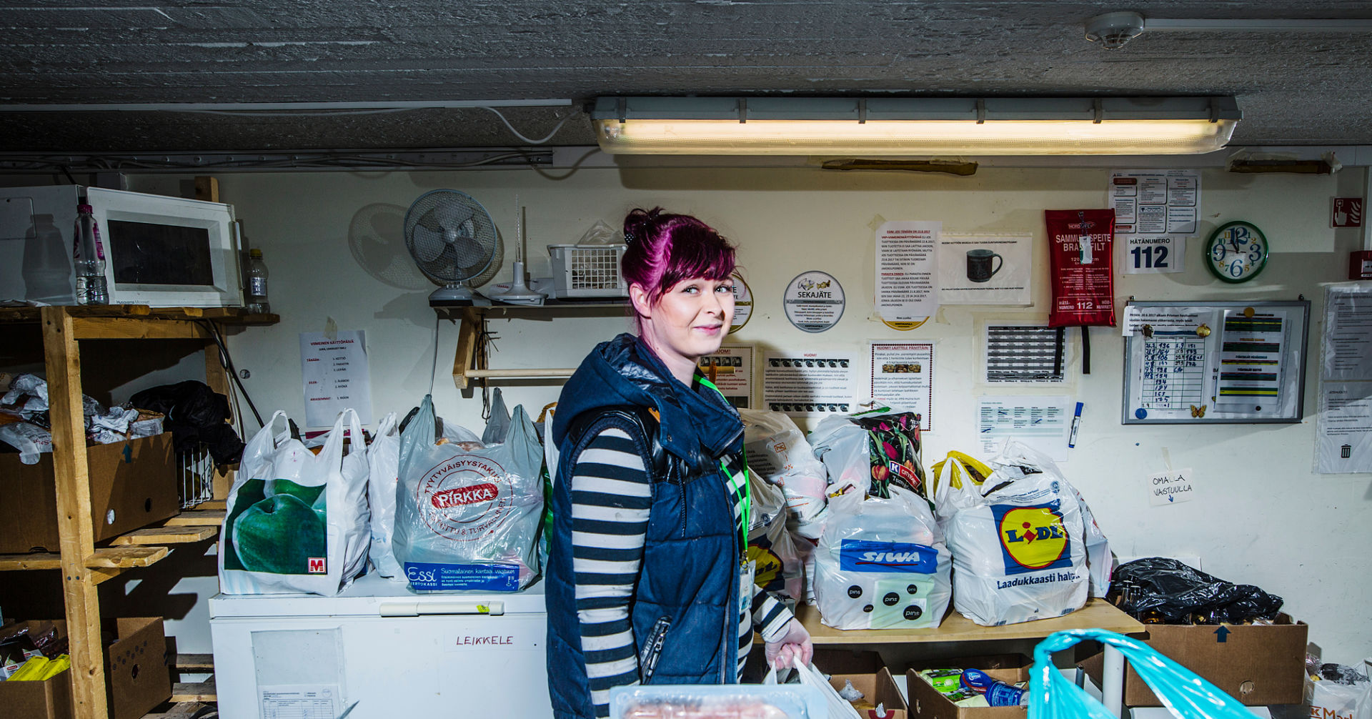 Nuori nainen lajittelee ruoka-apua