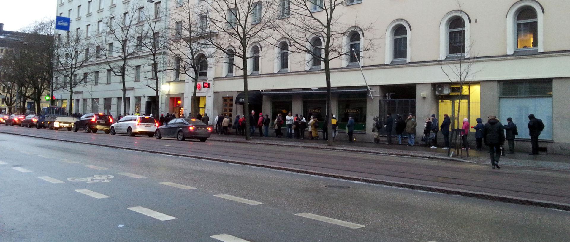 Ihmisiä ruokajonossa Helsinginkadulla.