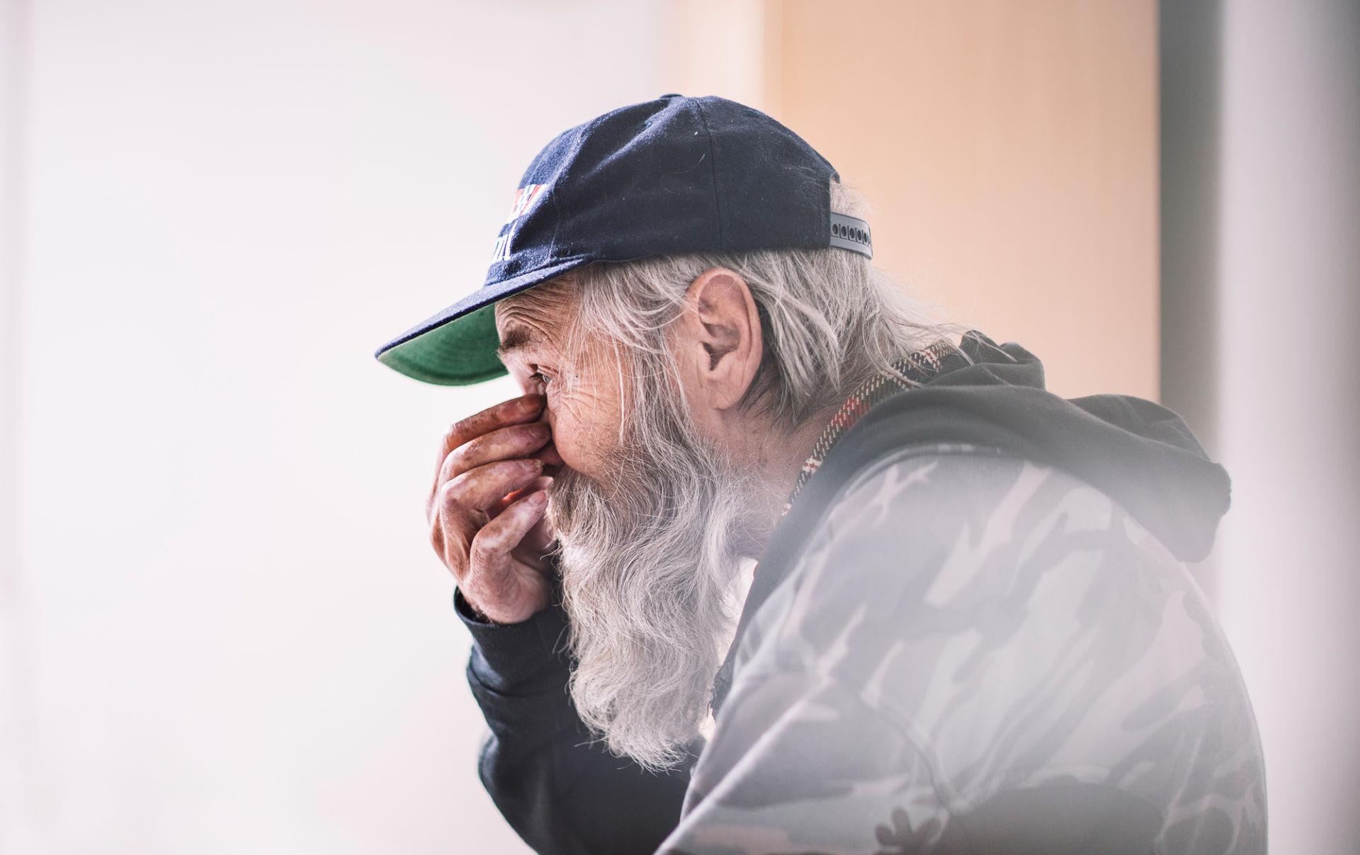 Vanha mies lippalakki päässä