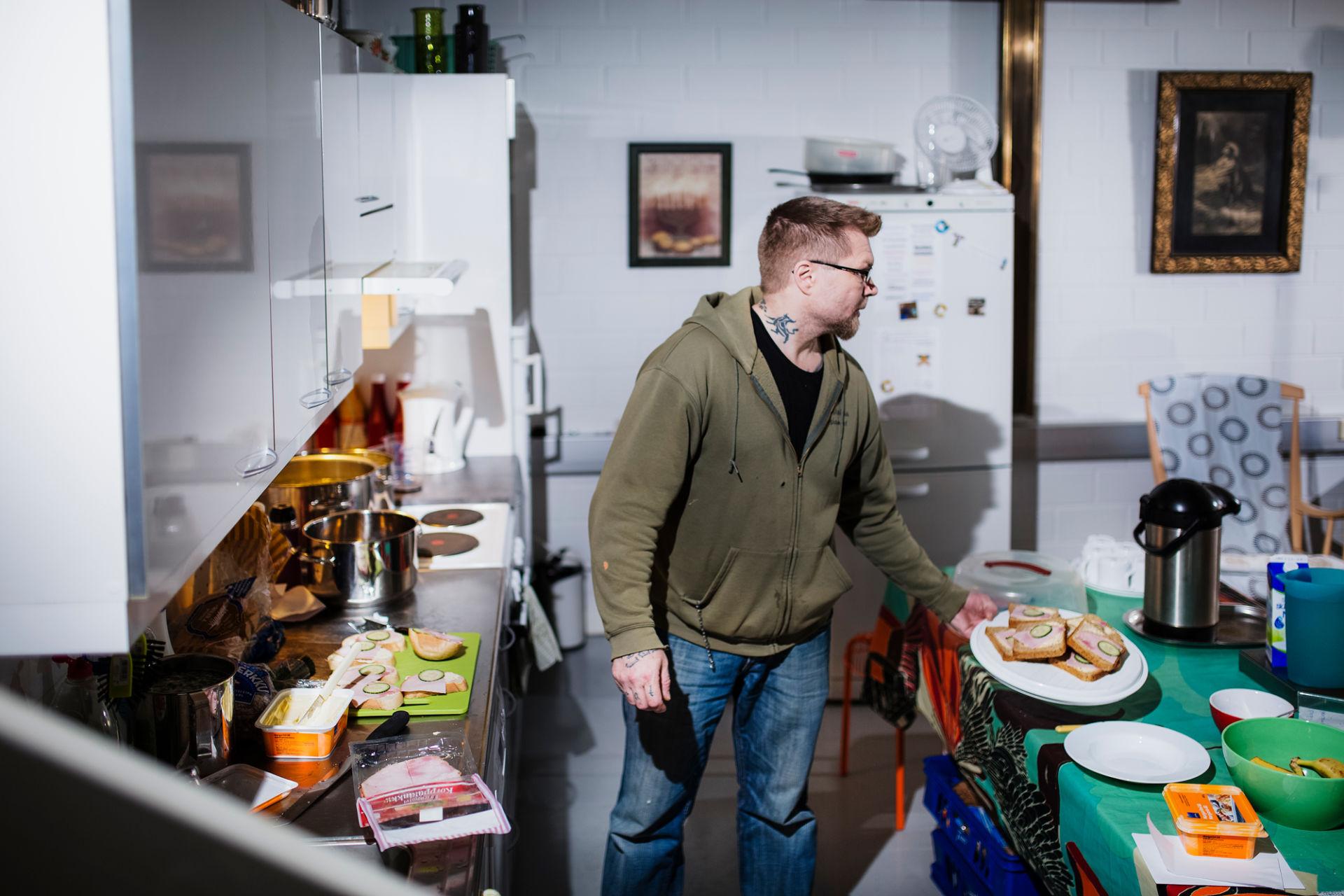 Päiväkeskuksen työntekijä keittiössä.