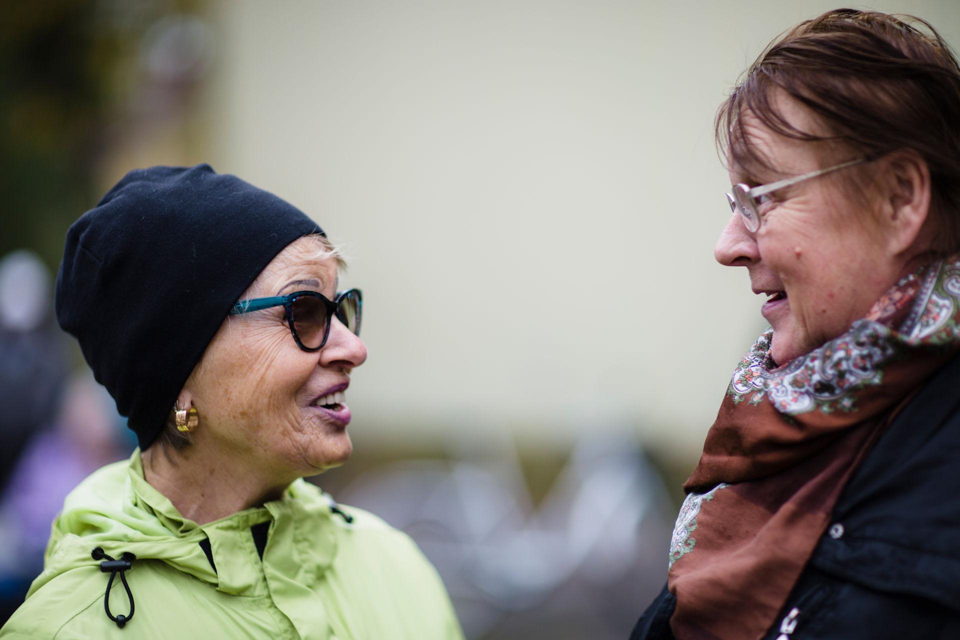 Kaksi naista juttelee keskenään.