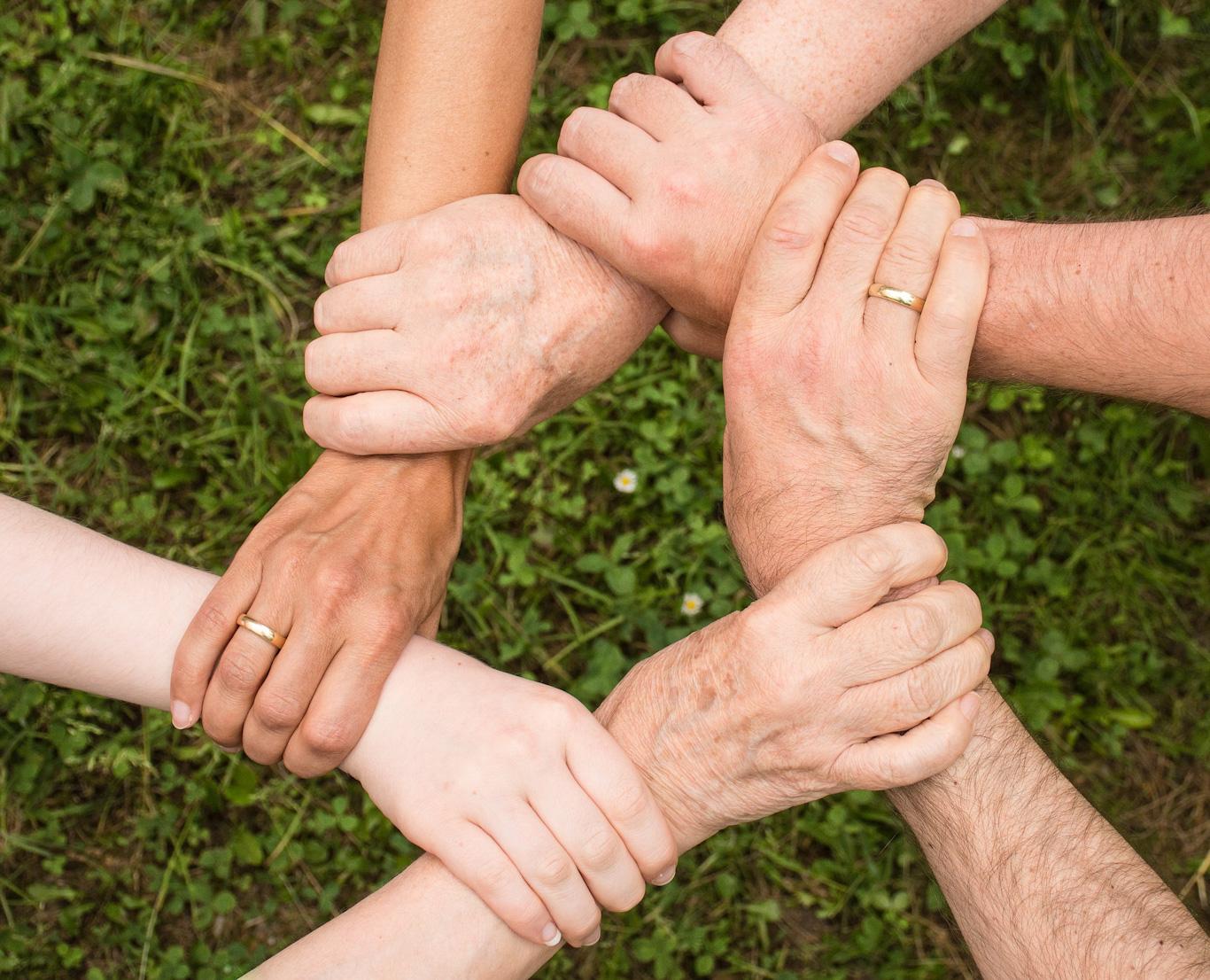 Kädet ristissä muodostavat ympyrän.
