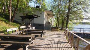 Rantasauna majatalo Onnelassa Tuusulassa. Puulaituri, pöytiä ja penkkejä.