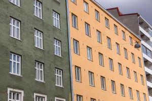 Kuvia 1950-luvun kerrostalon ikkunoista Helsingissä.